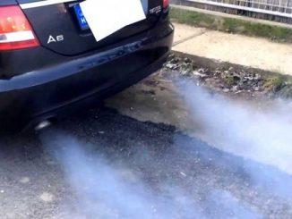 Xe ô tô ra khói xanh